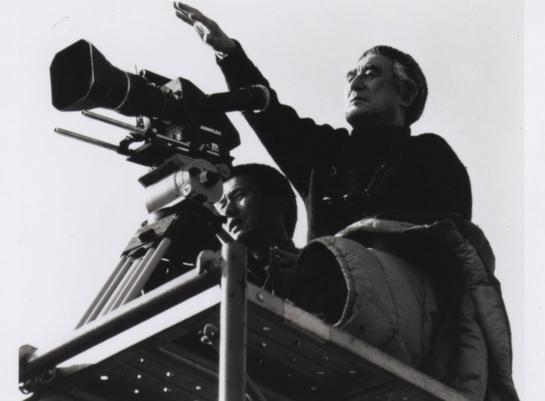 映画ルーペ写真 カメラとその後ろに立つカメラマン