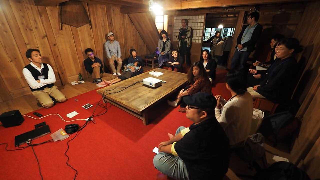 叶蔵で開催されるているショートムービー座談会に参加している人々