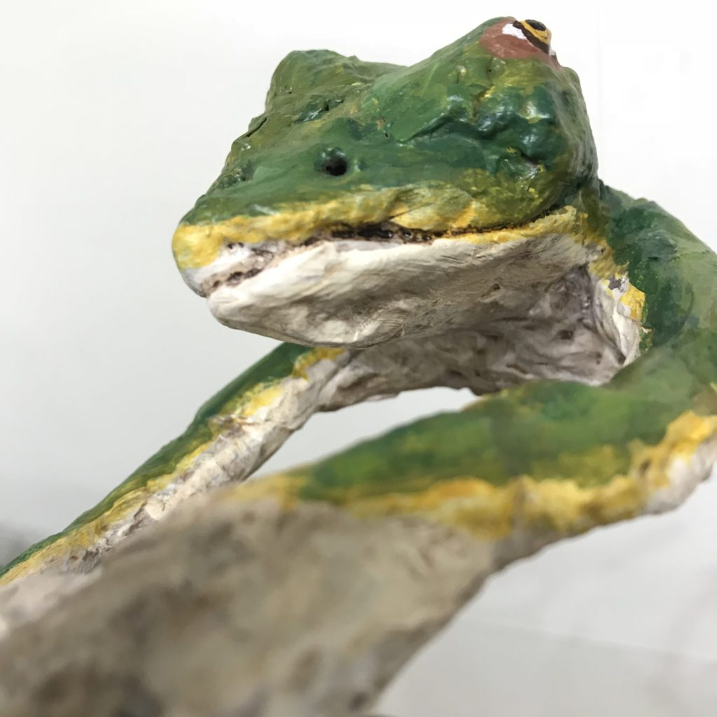 ダンボール彫刻展のカエル
