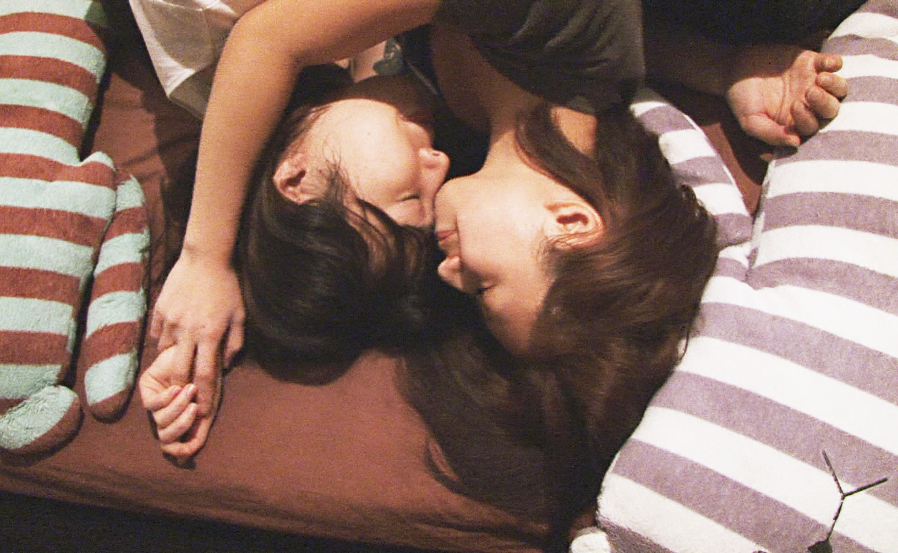 映画恋とボルバキアのプロモーション写真・抱き合う二人