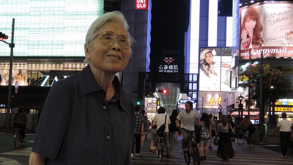 映画「ママリン87歳の夏」プロモ写真 夜の街を歩くママりんの姿
